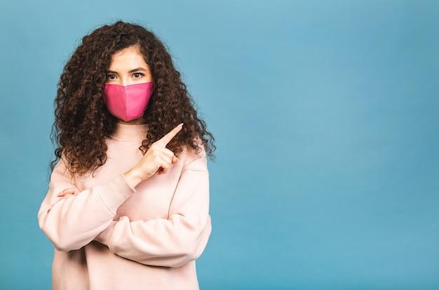 Conceito de quarentena. retrato de close-up dela ela legal atraente adorável fofa adorável garota cativante usar camisa proteção contra gripe máscara facial