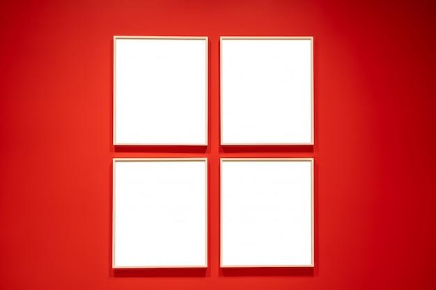 Conceito de quatro quadrados brancos em uma parede vermelha