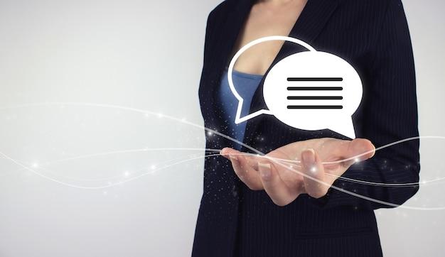 Conceito de questões desafiadoras. mão segure o holograma digital e-mail comercial em fundo cinza. conceito de atendimento ao cliente do centro de suporte técnico.