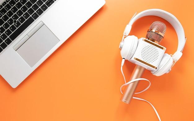 Conceito de rádio com fones de ouvido e laptop