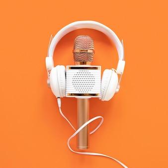 Conceito de rádio com microfone e fones de ouvido