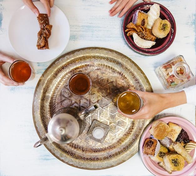 Conceito de ramadã com chá Foto gratuita