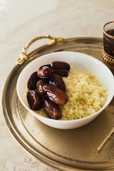 Conceito de ramadã com datas e couscous