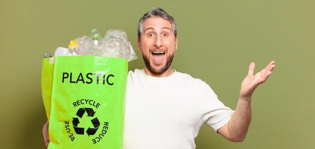 Conceito de reciclagem de homem de meia-idade