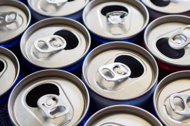 Conceito de reciclagem de latas de bebida de alumínio vazias