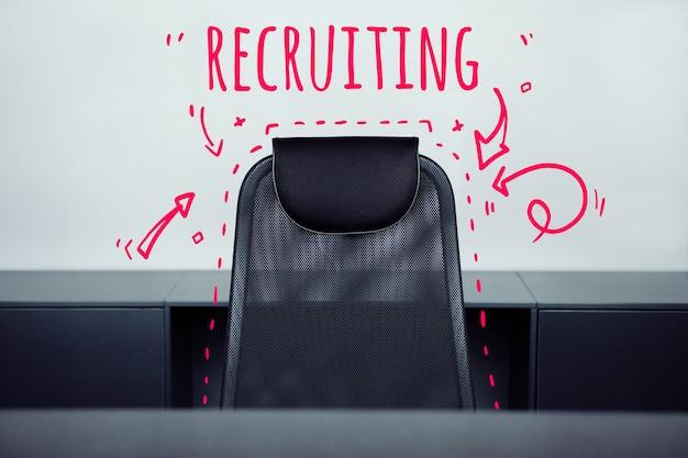Conceito de recrutamento com uma cadeira de escritório sem ninguém.