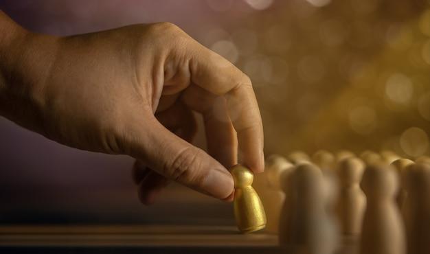 Conceito de recursos humanos de talento se destacam da multidão escolheu a dedo uma pessoa diferente