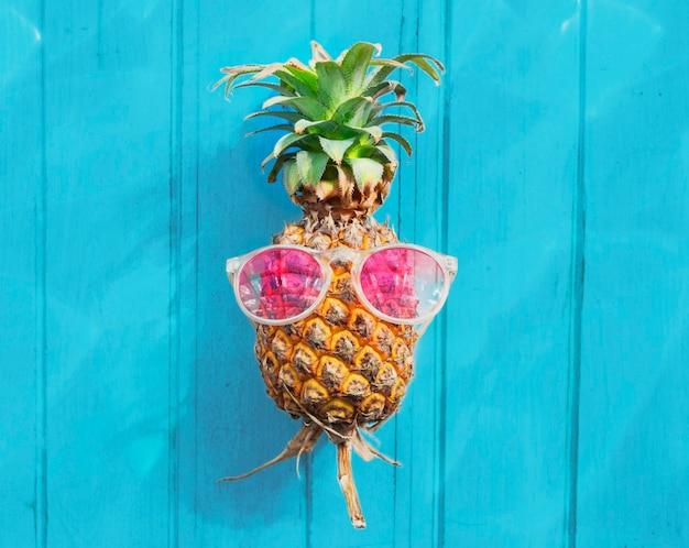 Conceito de refrescamento do fruto tropical dos óculos de sol do abacaxi