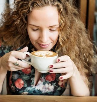 Conceito de refresco café da manhã mulher bebendo café