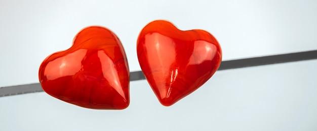 Conceito de relacionamento com dois corações vermelhos e uma linha, conexões e foto do banner do destino