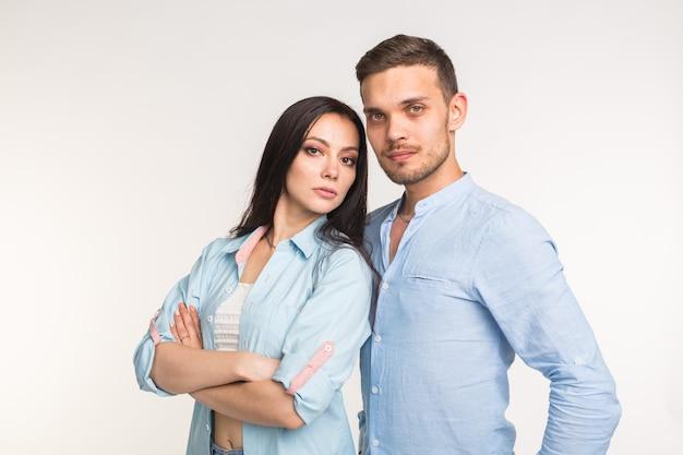 Conceito de relacionamento, conflito familiar e pessoas - jovem casal em pé de costas.