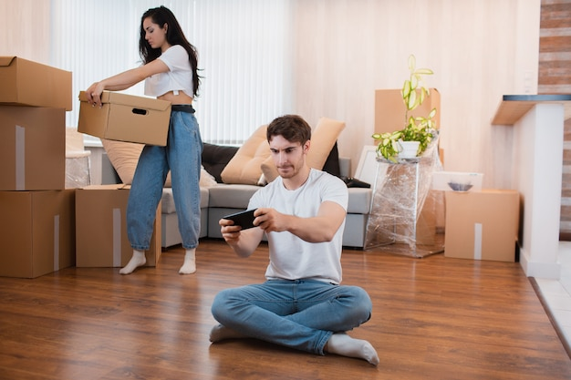 Conceito de relações de realocação. esposa desembala as caixas.