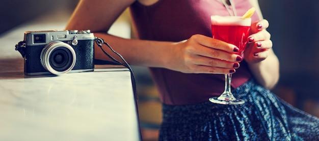 Conceito de relaxamento bebendo do resto do cocktail da mulher