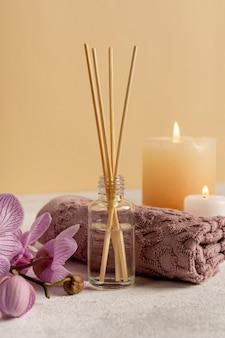 Conceito de relaxamento com palitos e velas perfumadas
