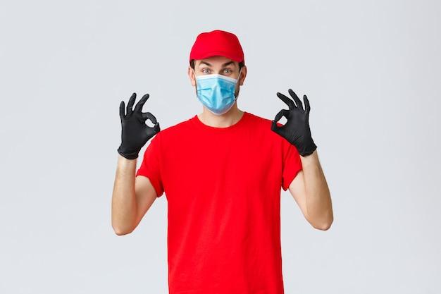 Conceito de remessa e compras on-line selfquarantine da covid empolgado entregador de camiseta vermelha e ...