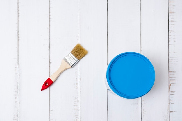 Conceito de renovação de casa. escova e um balde de tinta em um fundo