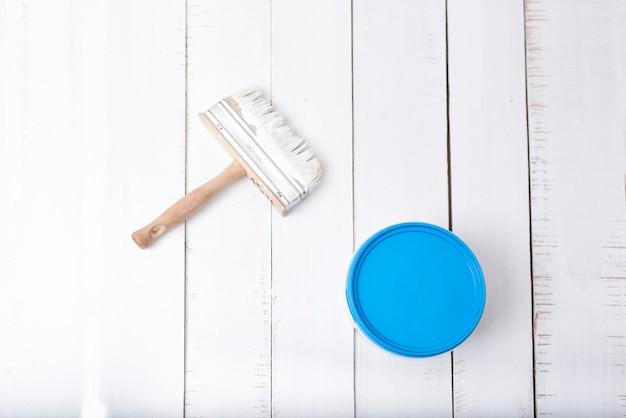 Conceito de renovação de casa. escova e um balde de tinta