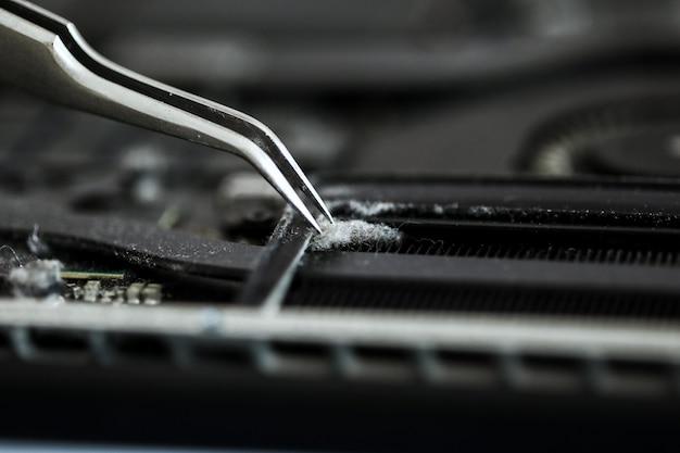 Conceito de reparo do computador vista do close-up. hardware. caderno de limpeza