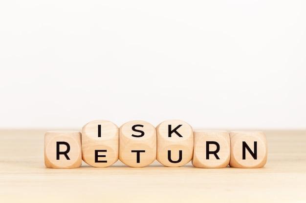Conceito de retorno de risco. bloco de madeira com texto na mesa.