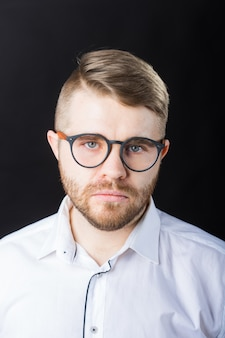 Conceito de retrato, cara e empresários - homem bonito com óculos na camisa branca.
