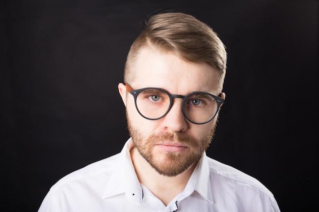 Conceito de retrato, cara e pessoas de negócios - homem bonito com óculos na camisa branca, olhando para
