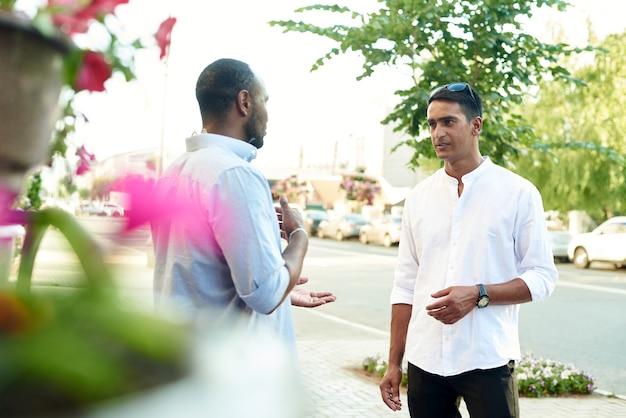 Conceito de reunião de amizade multicultural de jovens multiétnicos sorridentes