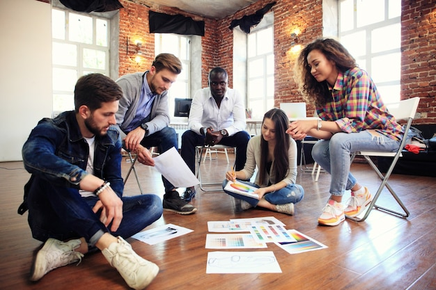 Conceito de reunião de brainstorming de trabalho em equipe de diversidade de inicialização.