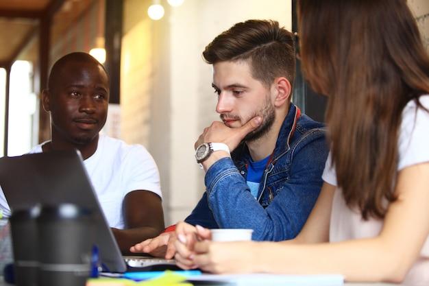 Conceito de reunião de brainstorming de trabalho em equipe de diversidade startup. equipe de negócios colegas de trabalho compartilhando relatório da economia mundial