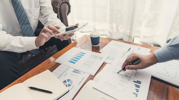 Conceito de reunião de empresa de trabalho em equipe, parceiros de negócios trabalhando com laptop
