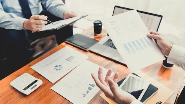 Conceito de reunião de empresa de trabalho em equipe, parceiros de negócios trabalhando juntos com laptop