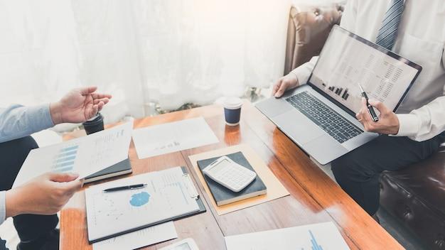 Conceito de reunião de empresa de trabalho em equipe, parceiros de negócios trabalhando juntos com um laptop