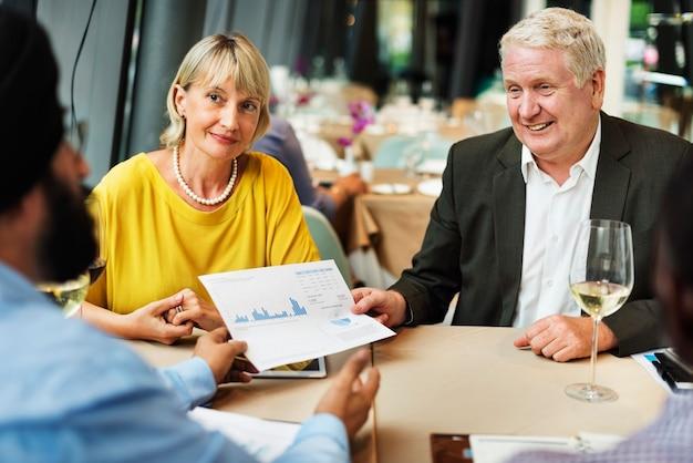 Conceito de reunião de negócios do grupo de pessoas