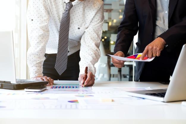 Conceito de reunião de trabalho em equipe empresarial.