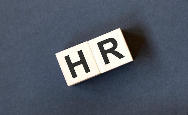 Conceito de rh, recursos humanos e recrutamento por bloco de madeira com o alfabeto construindo a palavra