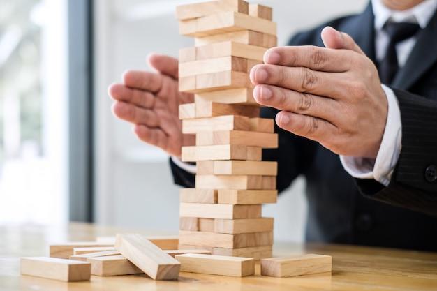 Conceito de risco alternativo, plano e estratégia em negócios protegem com pilha de madeira