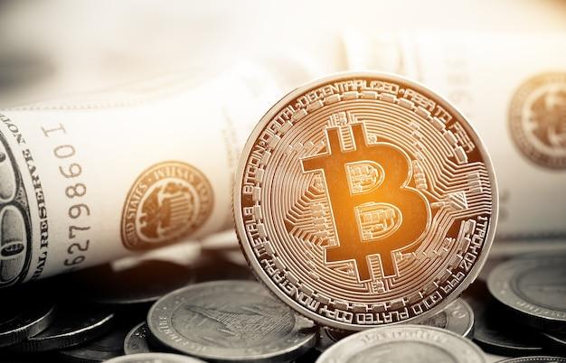 Conceito de risco de investimento financeiro: pilha de criptomoedas ou bitcoin, moeda tailandesa e nota de dólar americano juntas. a criptomoeda pode ser usada como bolsa em mercados da web na internet.