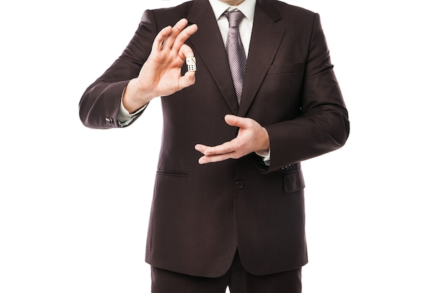 Conceito de risco empresarial - empresário de terno jogando dados isolados no fundo branco