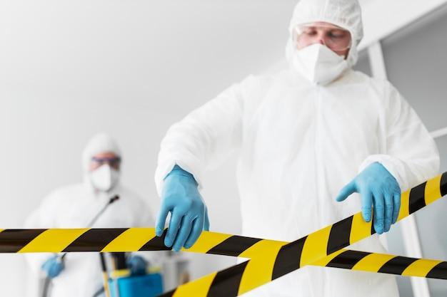 Conceito de riscos químicos com equipamentos