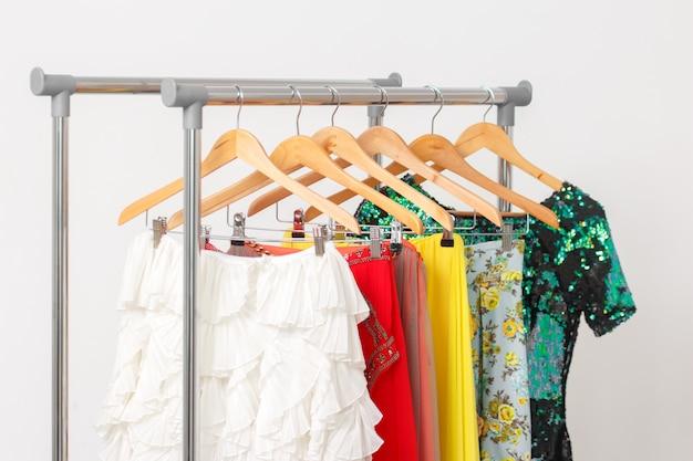 Conceito de roupas de moda de aluguel. roupas festivas no trilho.