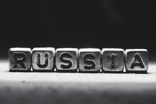 Conceito de rússia. inscrição 3d em cubos de metal em um fundo cinza preto isolado