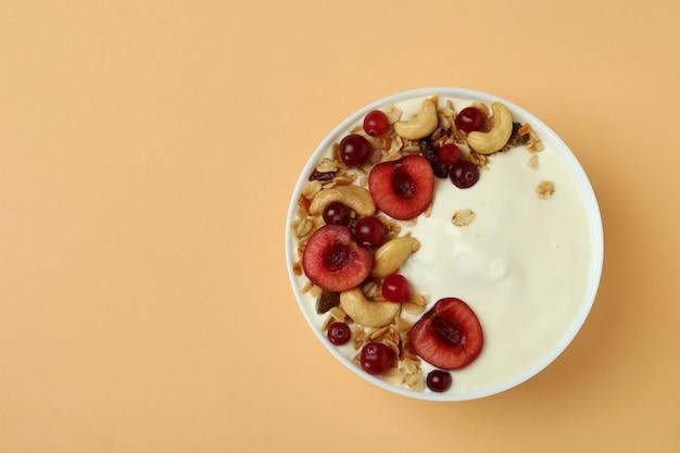 Conceito de saboroso café da manhã com iogurte em fundo bege