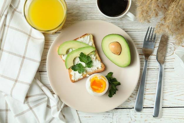 Conceito de saboroso café da manhã com ovo cozido, vista de cima