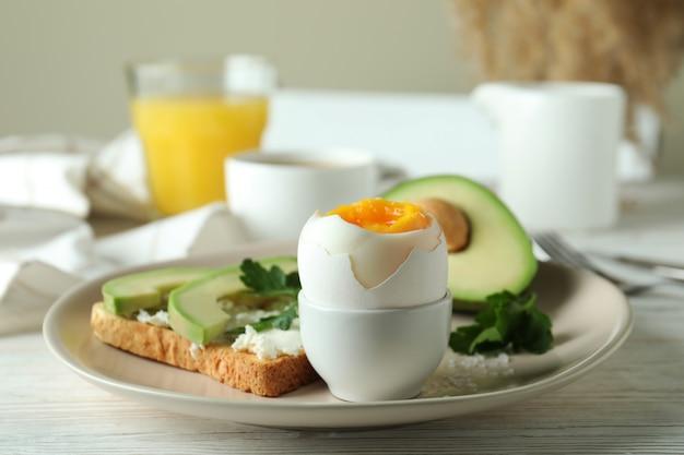 Conceito de saboroso café da manhã com ovo cozido