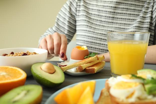 Conceito de saboroso café da manhã na mesa de madeira