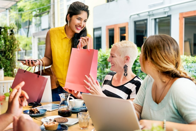Conceito de sacos de compras de mulheres jovens