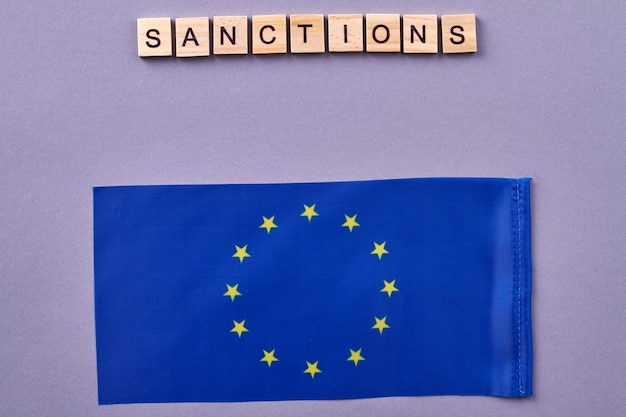 Conceito de sanções da união europeia. isolado em um fundo roxo.