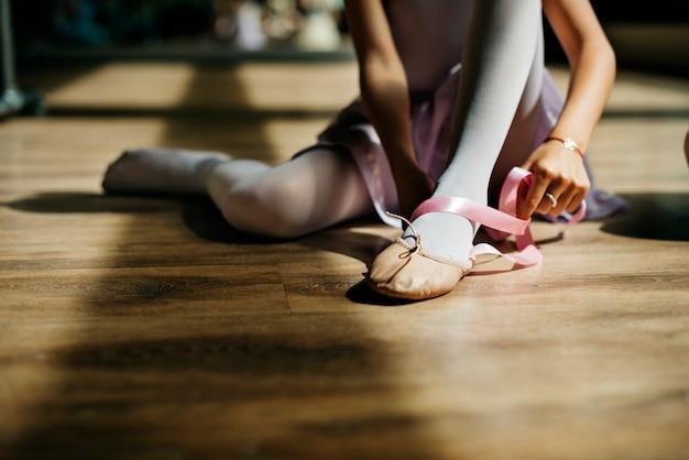 Conceito de sapatos de gravata menina bailarina