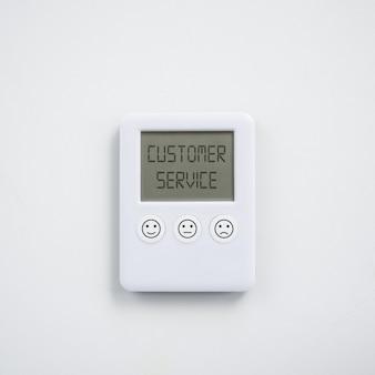 Conceito de satisfação do serviço ao cliente com relógio digital com diferentes expressões de satisfação, impresso nos botões