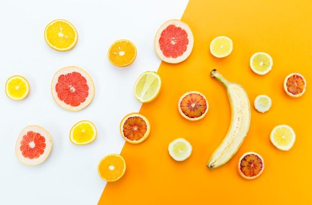 Conceito de saudável comer fatias de frutas cítricas e banana