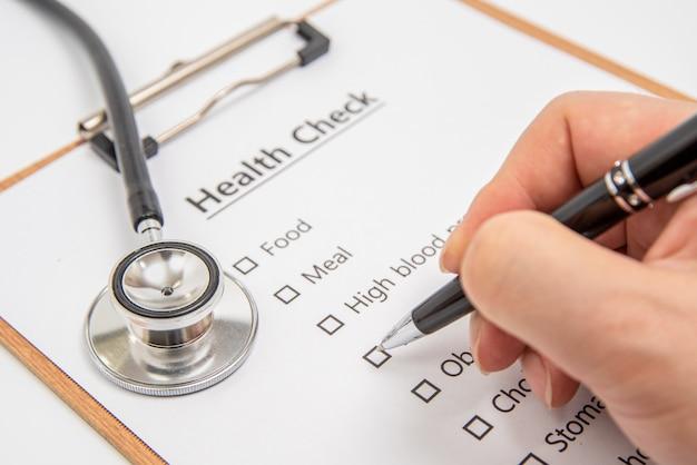 Conceito de saúde com prancheta e verificação de saúde itens relacionados.